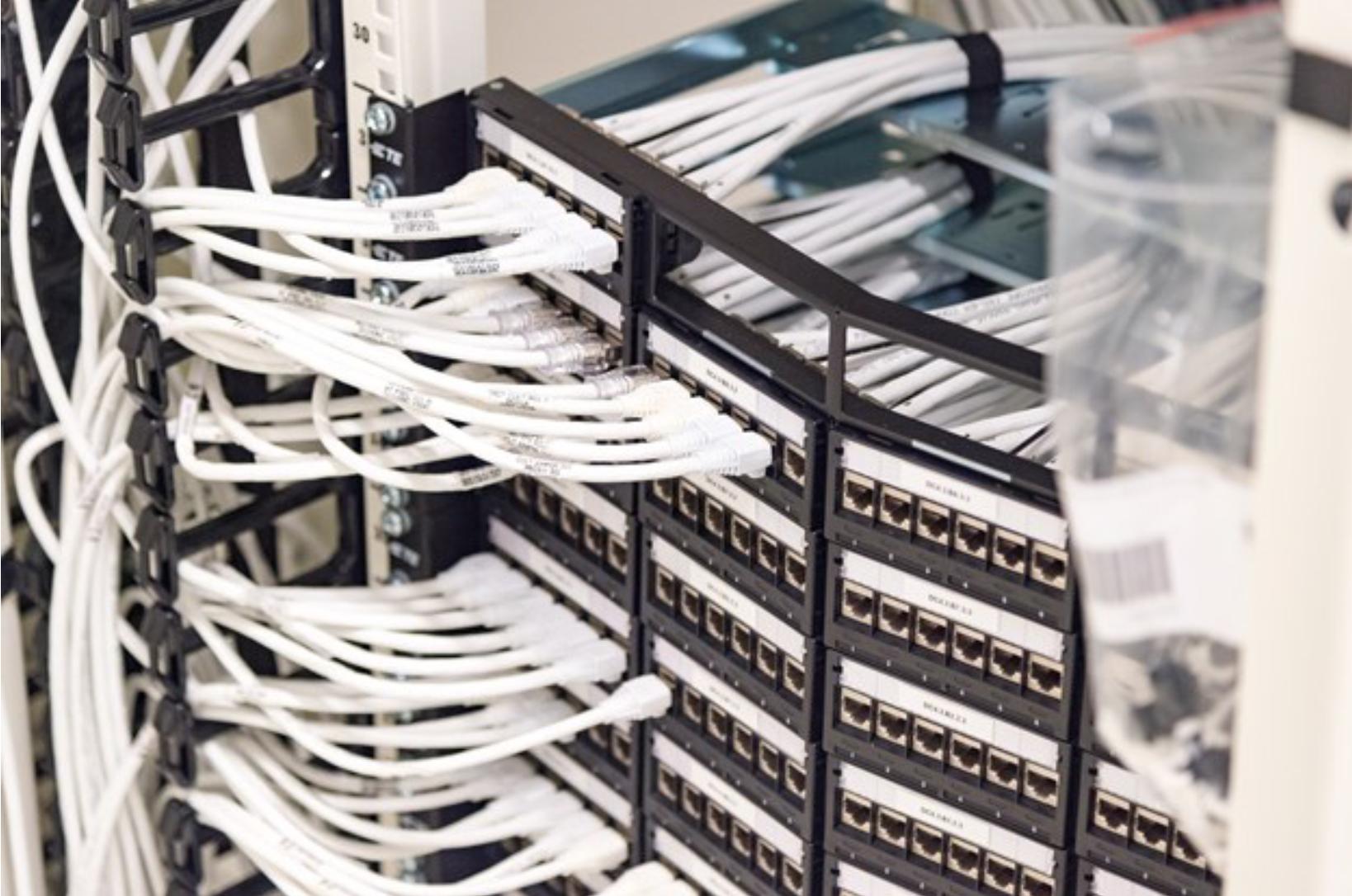 Hvide kabler Netic datacenter